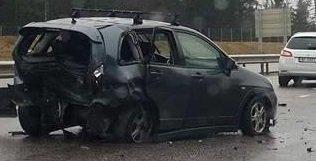 VRAK: Den ene bilen ble totalskadet i kollisjonen.