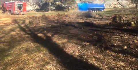 SLUKKING: Brannvesenet har slukket brannen som spredte seg til et nærliggende område da noen skulle brenne bråte på Eftang søndag.