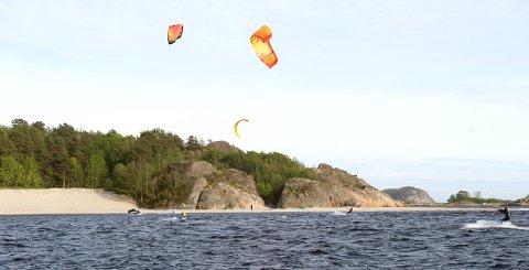 VIND OG VANN: Kiting er en populær vannsport i Larvik. Her fra Hvittensand for noen år siden.
