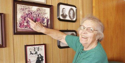 STOR FAMILIE: Med tolv søsken blir det mange på slektstreff. Ella Rymoen viser fram familiebildet fra treffet i 1982. Flere har kommet til siden og direkte etterkommere etter Gunnvor og Karl Bjerke teller nå 100 stykk. (Foto: Anna Kvarberg Ekre)