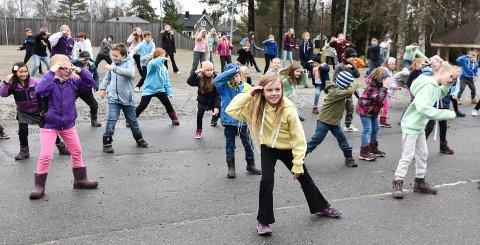 STORE ENDRINGER: Løten-politikerne blir anbefalt å slå sammen barneskoler. Her er elever på Jønsrud skole, som framførte BlimE-dansen i høst.