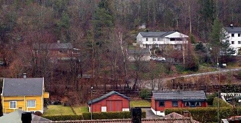Hvis veiplanene på Ramdal blir realisert, kan husene på Ramdal møte en ulik skjebne. Det røde huset til venstre i lia kan bli revet, mens nabohuset til høyre blir stående over tunnelløp fra Teieskogen og rundkjøring.