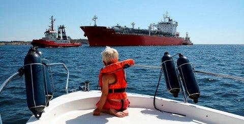 Gasstankeren Waasmunster fra Antwerpen med slepebåtene Bruse og Belos fra Bukser & Berging forut og akter for en trygg innseiling. Her er skipet på vei inn Dypingen. Når prosjektet Innseiling Grenland er ferdig planlagt, skal Gamle Langesund bli ny farled for skipstrafikken inn og ut av Grenland. Planen er ny farled i 2021.