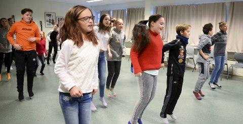 Hopper i taket: Elevene i 6A og B på Lyngheim barneskole skal både kore og danse under MGPjrs konsert i Spektrum. Foto: Lisa Ditlefsen