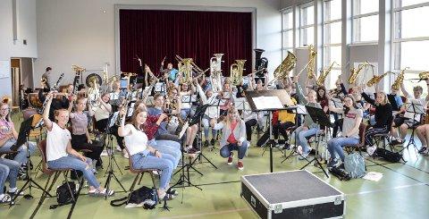 Toppen: Årets sommerkurs på Toppen folkehøgskole med totalt 55 musikalske ungdommer fra 13 år og oppover. Her var de i full gang med øving foran søndagens konsert. foto: inger gretasdatter