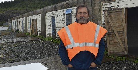 Betongskade: Øystein Bentzen, styreleder i ACR AS, vet ikke hva som er årsaken til at betongen i garasjebygget ødelegges, men har sine teorier. Uansett er de i så dårlig forfatning at det kreves handling. Foto: Viktor Leeds Høgseth