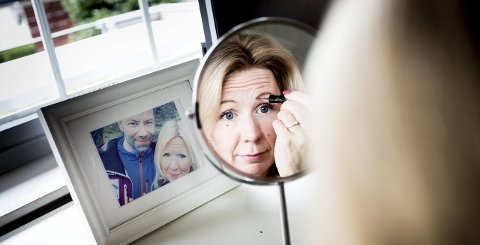 Anne Brith har mottatt over 50 kommentarer på at hun ikke har øyebryn. Nå har hun begynt å bruke øyebrynsskygge. På bildet er hun sammen med forloveden Kim.