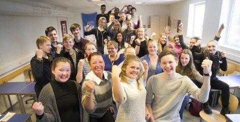Løfter i flokk: Anne-Marit Vestengen (nummer to fra venstre foran) og valgfagklassen «Internasjonalt samarbeid» ved Allergot ungdomsskole ønsker seg engasjement rundt aksjonsdagen de skal ha for å samle inn penger til drift av en barneskole i Kambodsja. 3. mars er dagen pengene må sitte løst hos ullsokningene, sier den entusiastiske gjengen. Foto: Øyvind Mo Larsen