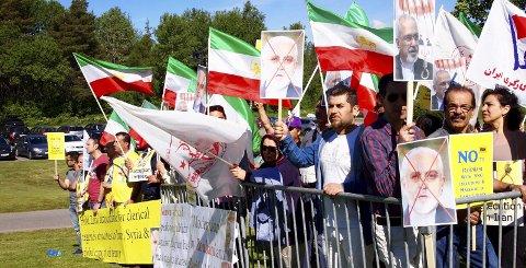 Sterke budskap: Den iranske utenriksministeren, Mohammad Javad Zarif, var avbildet på flere av plakatene. Alle foto: Beate Kvien