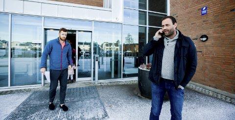 Fikk bare summetonen: Daglig leder Mats Wibe-Lund (t.h.) i Lørenskog ishockeyklubb reatgerer på at de måtte vente en måned på å få John Negrin (t.v.) spilleklar, mens konkurrentene klarer det samme på under to døgn. Foto: Tom Gustavsen