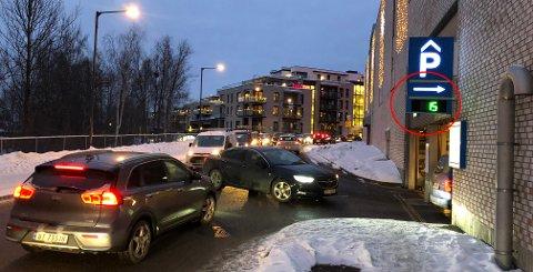 FULLT: Avslutningen på årets julegavehandel ga visse trafikale problemer rundt Strømmen Storsenter. Samtidig var parkeringshusene fulle.