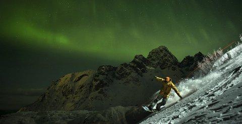 TVkunst: Ulrik Badertscher (30) fra Hakadal var en av snowboarderne som ble med Emil Kjos Sollie til Lofoten for å fotografere til Samsungs The Frame. alle foto: Emil Kjos Sollie