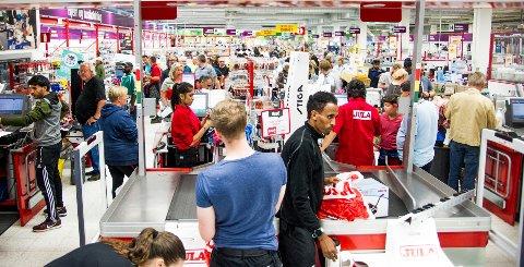 FOLKSOMT: Tusenvis besøkte Jula da butikken flyttet fra det opprinnelige lokalet til et mindre lokale i Solheimveien høsten 2017.