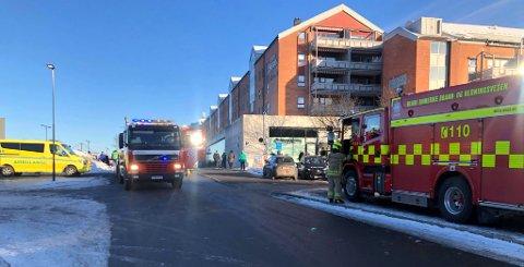 Både ambulanse og brannbil er på plass utenfor Metro senter.