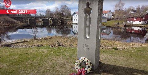 MINNESMERKET: Arbeiderpartiet og fagbevegelsen markerte 1. mai ved minnesmerket over ofrene for terrorangrepet på Utøya, som står ved Eidsvollsbygningen.