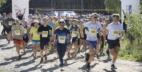 MANGE: Det var 225 deltakere på årets Røykenmila. Her går starten på mila. Det var like mange deltagere på femkilometeren.Alle foto: Anniken Røil