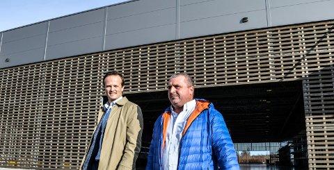 BYGDE OG SOLGTE: Jens Jalland (adm. dir.), og Tor Arne Hansen (driftssjef logistikk), i Løvenskiold Eiendom foran nybygget, som allerede er solgt.