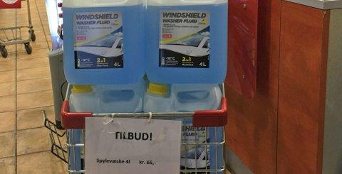 «TILBUD» - men spesielt billig er det ikke med 65 kroner for fire liter spylervæske.