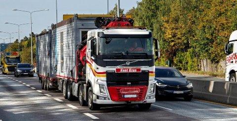 Her ved trafikkregistreringssentralen Solvik Ramstad dundrer lastebilene forbi døgnet rundt, både inn og ut av Oslo.