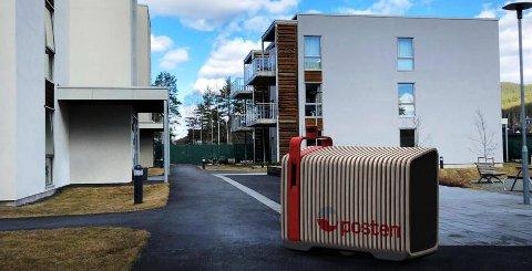 Denne konseptskissen viser hvordan den nye postkassen muligens kan bli seende ut. Posten understreker at det fortsatt jobbes med det endelige designet på brev- og pakkeroboten.