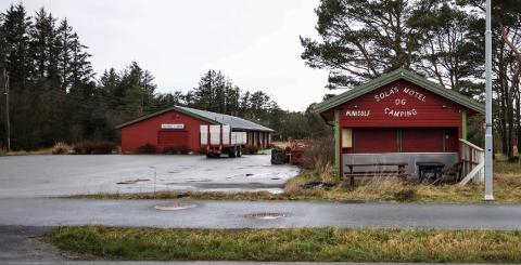 Et kjent sted for mange i Sola; Sola's motel og camping. Driften er nå langt ned, og tomten er for salg.