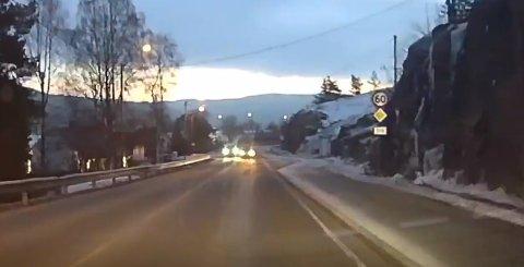 Her kommer bilen over i motgående kjørefelt på Svelvikveien.