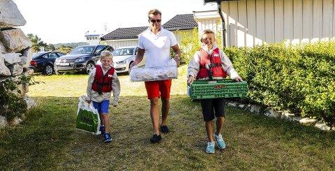 Hjelp av pappa: Pappa Rolf er med over til Kragerø og handler inn varene, mens guttene går og selger selv. – Pappa er flink med penger, så vi har nok lært litt av han, sier Philip (til høyre)