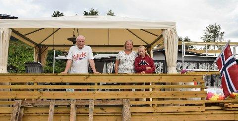 BYGD OPP: Geir Høgseth, Anne Høydalen og Ida har bygd opp igjen feriestedet etter at flammene herjet 15. april.