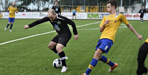 Spillende trener Roar Henden i Frei har troa på guttespillerne sine. Her er han i duell med Dahles Jonas Frøner.