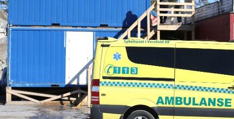 FALT NED TRAPP: En person skal ha falt ned trappen fra brakkeriggen som er satt opp i forbindelse med byggingen av den nye Sandarhallen. Området ligger på Vesterøya.
