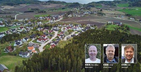 BYGGER VIDERE: Øvre Arnstadåsen boligområde skal bygges ut videre nordover fra de allerede etablerte boligfeltene på Skatval. Det planlegges nå for godt over 100 nye boliger i skogsområdet nede og til høyre på dette bildet. Bak utbyggingen står  Per Olav Børresen (fra venstre), Odd Einar Kne og Ole Jørstad.