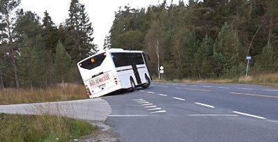 Etter at bussen hadde rygget deg ned i grøfta, kom den ikke opp igjen. Josephsen Bilberging måtte hente hele bussen til slutt.