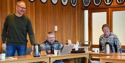 Ordfører Kjetil Torp (Krf) benytter tiden før planutvalgsmøtet denne morgenen til sjokoladehumor. Are Garthus (Krf) og varaordfører Gunn Olsen (H) er med på humoren.