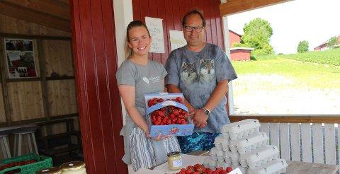JORDBÆR: Maiken Saxebøl byr på jordbær, og Arnfinn Skoglund fra Drøbak lar seg friste.