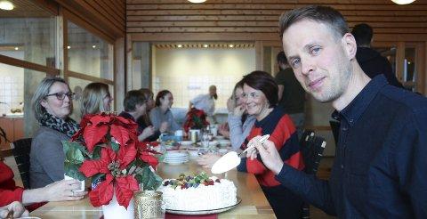 Ble feiret: Jon Arne Myhre Sandmæl fikk sin doktorgrad torsdag 5. desember med disputas ved NTNU. Fredag ble han feiret av kollegene ved Unicare Røros med gode ord, blomster og bløtkake.   Foto: Tor Enget