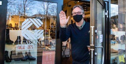 KUNDENE HAR MØTT STENGTE DØRER: Da Ås Avis besøkte Ås skotøymagasin forrige helg, ble dørene stengt. Onsdag er det igjen klart for salg hos den tradisjonsrike butikken i Ås sentrum.