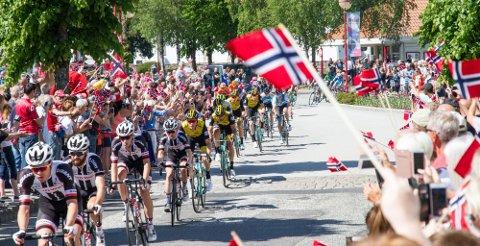 FOLKEFEST: Slik så det ut da Tour of Norway-feltet syklet gjennom Liknes i Kvinesdal i 2017. Torsdag og fredag er rittet enda en gang innom vårt distrikt.