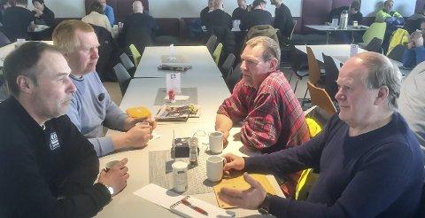 Hett tema: Nils Gunnar Myhre (50), Magnus Selstad (54), Jan-Arne Jensen (59) og Tor Anton Andersen (70) diskuterer kommunestruktur i MBS-kantina i Glomfjord industripark.Foto: Johan Votvik