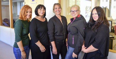 Topp kompetanse: Fagleder ved Vall sykehjem, Mailen Mikalsen (i midten) sammen med de latviske sykepleierne Lasma Avotina, Rita Kanepe, Aija Heidemane og Antra Sproge.Alle foto: Johan Votvik