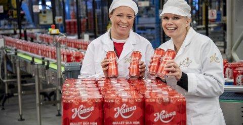 I august viste Laila Kristin Fjeldstad fra Brann Bataljonen Bergen og Ann-Therese Samuelsen frem det nye ølet. Nå er det tomt. Foto: Eirik Hagesæter