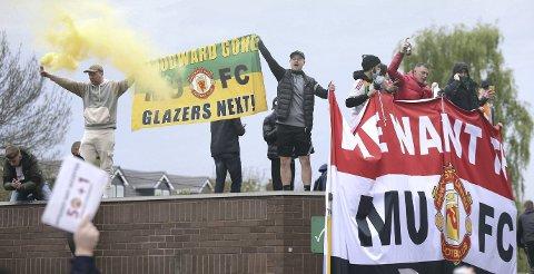 Manchester  United-fansen stoppet kampen mot Liverpool søndag. De har hatet egne eiere, Glazer-familien, siden de overtok kontrollen med lånte penger i 2005.