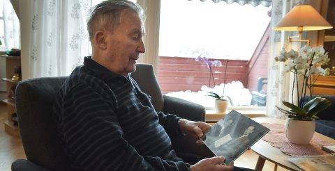 Medalje: Einar Brandt ser på bildet da han fikk fortjenstmedaljen.