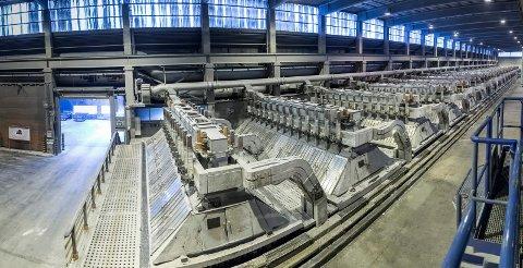 PRODUKSJON: Hydro sitt anlegg i Høyanger starta opp i 1917, og var eitt av dei første produksjonsstadane for primæraluminium, eller flytande aluminium, i Norge.