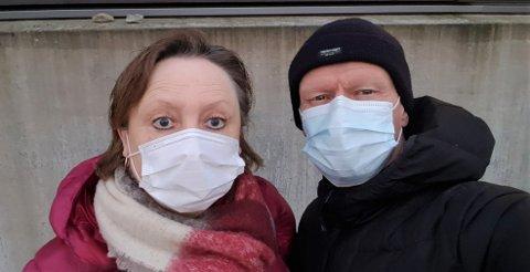 FEKK BLIKK: Då ekteparet Gerd Eli Dale og Thor Askeland var på handletur i Førde i romjula fekk dei fleire blikk fordi dei brukte munnbind.