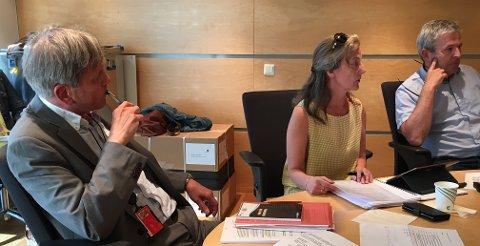 UTSATTE BEHANDLING: Utvalgsleder Rune Grunekjøn og resten av kontrollutvalget utsatte å behandle saken etter at kommuneadvokaten kom med nye vurderinger underveis i møtet. I den nye innstillingen får administrasjonen kritikk for denne håndteringen, som førte til at saken ble utsatt. Anne-Karin Femanger Pettersen og Bjørn Gulbrandsen i utvalgets sekretariat til høyre.