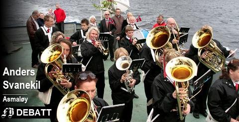 – Jeg minnes selv ungdomsstiden da to korps ble til ett, skriver Anders Svanekil. På bildet Hvaler Musikkforening som spiller for de østre øyene fra dekket på Hvalerfergen på 17. mai.