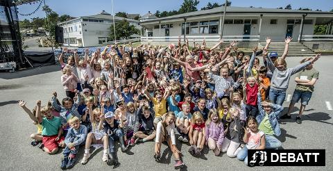 Elevene ropte hurra for Åttekanten skole under 50-årsjubileet i juni i år. Nå er det mindretallet som består av Ap og Sp som vil holde liv i skolen.