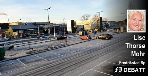 Lise Thorsø Mohr frykter for hva som vil skje når denne togstasjonen skal erstattes: – Det skal bygges en ny stasjon i Råde – på matjord. Nok en gang. Hva med parkeringen? Skal asfalt smøres ut over matjorda?