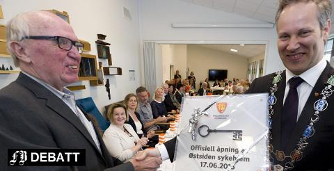 Brede smil da byggekomiteens leder overrakte nøkkelen til Østsiden sykehjem til ordfører Jon-Ivar Nygård 17. juni 2015. Dette var det siste store byggeprosjektet i Fredrikstad kommune som Bjørge Johansen hadde ansvaret for.