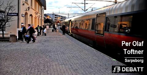 – Privatbilen skal altså ikke lenger brukes til å mate toget med passasjerer? spør Toftner, og mener finansministeren ikke kan kjenner godt nok til planene for ny togtrasé.